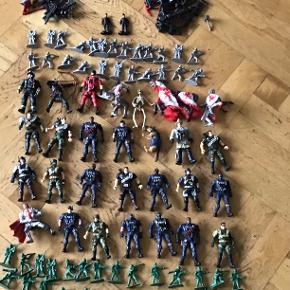 Blandede soldater og actionfigurer.