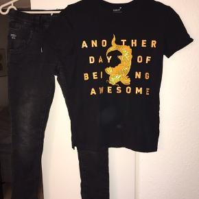 Lækkert sæt, tshirt ikke brugt, bukser brugt 2 gange. Bløde stræk jog jeans uden lynlås Pris samlet for hele sættet