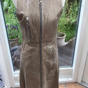 Flot skind kjole af mærket Onstage -