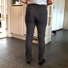 Mørkegrå bukser med stretch. Meget behagelige at have på