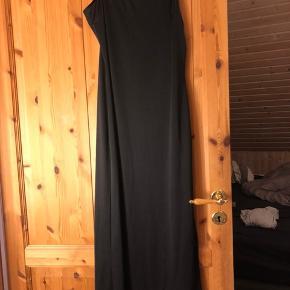 Super smuk figursyet kjole fra vila i rigtig god kvalitet.  Passes både af en str. small og medium