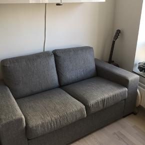 Betrækket kan lynes af. Puffen er ikke helt samme farve som sofaen, men fungerer fint til og er i samme højde.   Indvendigt mål: 125 cm Udvendigt mål: 165 cm  Sofa: 450kr  Puf: 200 Sælges samlet for 500kr