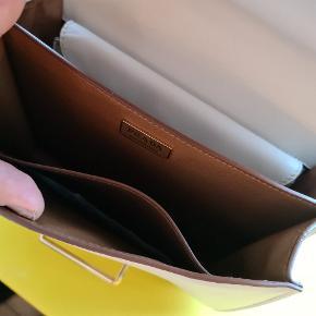 Tasken er brugt få gange. Som ny