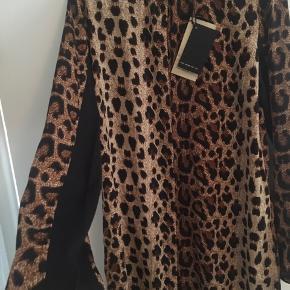 Super flot og helt ny leopard kjole sælges.