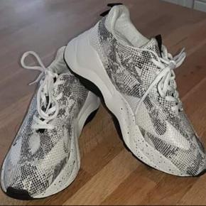 Sneakers Måler indvendig 27 cm i længden  Bemærk venligst at prisen er fast køber betaler porto hvis den skal sendes  Har MobilPay