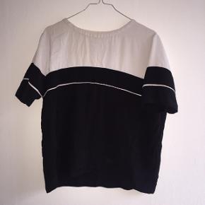 Sort/hvid t-shirt. Brugt 2-3 gange, i flot stand. Skriv for billede med den på 😊
