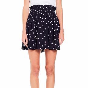 Fin ganni nederdel med prikker. Brugt en enkelt gang, men er desværre for kort. Perfekt stand. Nypris 900kr.