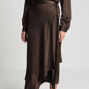Smukkeste Slå-om nederdel fra Gestuz  Passes af str. 38-42  Aldrig brugt