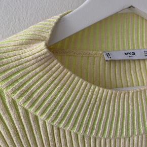 Forholdsvis tætsiddende sweater, som er beige men har noget neongult i sig når den strækkes   Skriv for yderligere interesse, og eller hvis du ønsker flere billeder :)