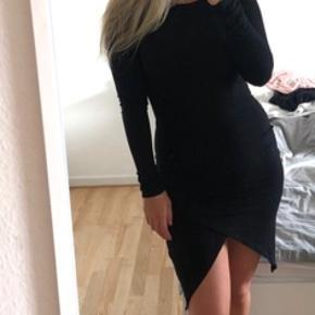 Fineste kjole fra Asos, med udskæring ved benene!