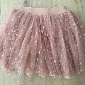 Super fin lille, ferskenfarvet / lys rosa nederdel / tylskørt fra POMPdeLUX, med små bomber på tyllet og glimmer på elastikken i livet. Standen er brugt men god, men den er i rigtig pæn stand. #Secondchancesummer