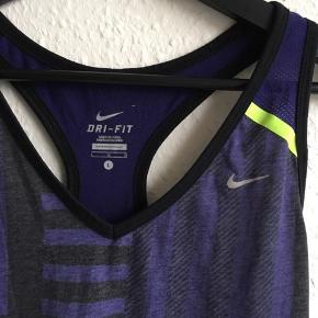 Sportstop fra Nike. Fejler intet :)