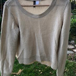 #Secondchancesummer Rigtig fin tynd strik sweater. I beige.  Er brugt, men har ingen skrammer.