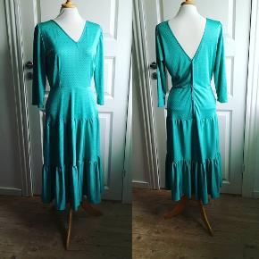 Vintage kjole i perfekt stand, med det mest feminine snit. Længde 110, talje 72.