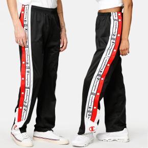 Champion Legacy bukser Str. XL  Købt fra junkyard, men de er aldrig brugt da de ikke passer.   Original pris: 469