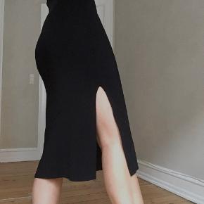 Ribbestrikket tung kjole i med høy splitt og lange armer. Utrolig behagelig å ha på🌻
