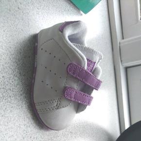 Såå søde Adidas prewalkers. Vores datter nåede desværre aldrig i dem.Måler 10,7cm fra hæl til tå, udvendigt målt.