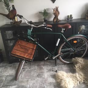 Mustang herrecykel str 28 med tre gear, mørkegrøn med træ fad foran. Har cyklet på den tre gange, så næsten spritny. 🐛  Sælger den da jeg bedre kan lide at kører på racercykel 🤷🏼♀️🚴🏼♀️ Købs pris er 3999 kr Mp 2400 kr