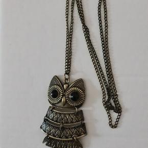 Super søde ugle-halskæde og ring (str.52) i mørkt metal.  Kan købes separat eller som sæt. Pris pr. del.