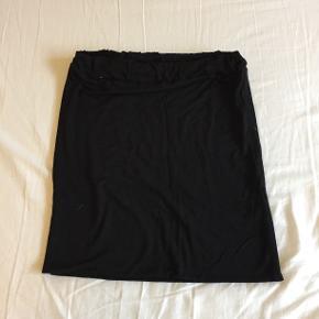 Stig P mini nederdel, med elastisk bånd og stof der strækker :)