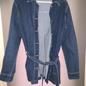 Cowboy jakke i blødt elastisk materiale. Købt her i sommers og aldrig brugt. Den har en lidt længere længde og går lige ned over numsen.
