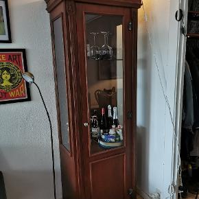 Sælger dette flotte vitrine/barskab. Det ligner træ men er nok noget træ finer. Det måler 200 høj, 64 bred, 43 dyb. Der er én glas plade i, og hvis man vil kan der være en til (men den smadrede desværre under transporten)
