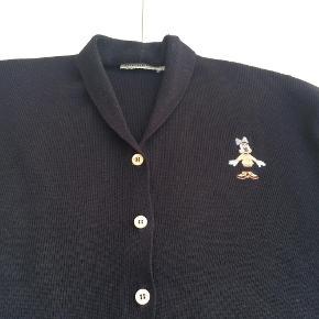 Varetype: Cardigan i lækker Donaldson kvalitet Farve: Mørkeblå  Trøjen er købt på Trendsales for 1 år siden men jeg har ikke taget den i brug.  Mål under ærmer: 2 x 62 cm  Fra krave til underste kant: 66 cm