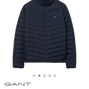 Sælger denne lækre jakke.  Feder end peak performance som halvdelen af befolkningen render rundt med.   Send pb for flere billeder   Køb nu for 900kr  Ellers byd byd og vi finder ud af noget