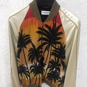 """Perfekt til det kommende sommervejr!  Saint Laurent Palm tree jakke sælges til 12.999.- da den bare ligger i skabet - jakken er desuden udsolgt på diverse sider, hvilket har gjort den mere eftertragtet.  Det er en str. 46 og fitter alt mellem 165-180. Reference af for kan sendes i chat. """"Flaws"""" er vist på billederne - hvis ønsket, kan jeg sende flere billeder.   For flere spørgsmål, skriv endeligt - ønsker dog kun seriøse henvendelser."""