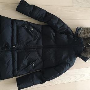 Købt vinter 2018 - står som ny.  Nypris: 5000,-  Jakken er i Vedbæk