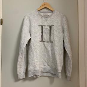 Sælger denne les deux. Har brugt den som oversize sweater i kolde tider.