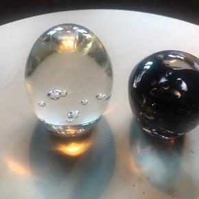 Smukke unika håndlavede brevvægte i glas Klar 9 x6 cm ( ca) sort/mørkelilla 7 x 6 cm (ca) - ikke to er ens. Limited edition. Pris pr. Stk 175,- nypris 325,- pr stk. Aldrig brugt. Ingen byt. Sender gerne. Helst mob pay.