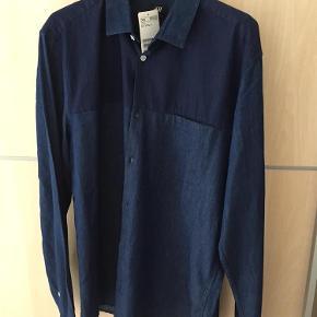 Varetype: Skjorter Farve: Mørkeblå Oprindelig købspris: 199 kr. Prisen angivet er inklusiv forsendelse.  Helt ny - stadigvæk etikette på.