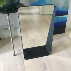 Fint spejl med integreret hylde. Nypris 499kr kom med et fornuftigt bud. Fejler ikke noget.   Højde  50 cm Bredde 30 cm Dybde 9 cm