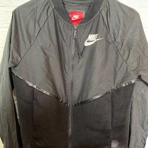 Helt ny tynd jakke fra Nike  Aldrig brugt  Bytter ikke