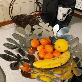 Stor, rummelig, flot tallerken/fad af rustfri metal. Kan bruges til frugt/andet.  Købt i Imerco sidste år til 299,- 44 cm bred.   Afhentes i Brønshøj