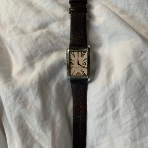 Rigtig fint Armani-ur sælges. Der er næsten lige kommet nyt batteri i. Sælges da jeg desværre ikke får brugt det.