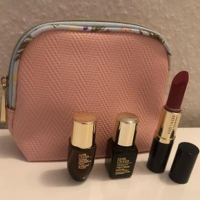 Estee Lauder produkter med taske, Estée Lauder advanced night repair serum 7ml og eye serum 5ml, Pure color lipstick fullsize i farven rebellious rose. Nypris kun for læbestift er 270,- Nyt aldrig brugt.
