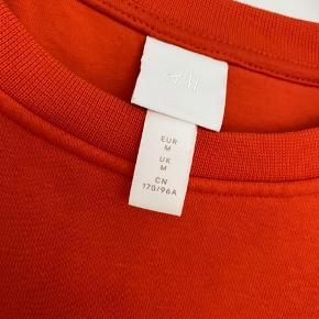 Kun prøvet på, passer også sagtens en str L Farven er en blanding mellem orange/rød Kan afhentes på trøjborg eller sendes via TS