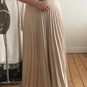 Plisseret nederdel fra Neo Noir 🌟 150 kr 💰 Køber betaler fragt 📦