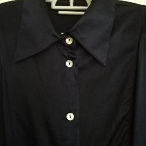 Flot skjorte i shinny dybblå farve.