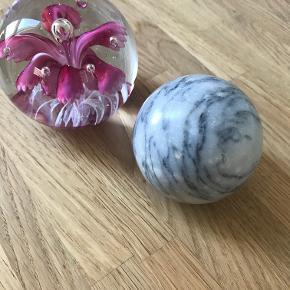 Marmorkugle og glaskugle med blomst.