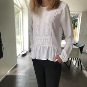 Fin hvid trøje i str S fra 'Soaked in luxury'. Sød her til sommer. Ny pris: 350kr BYD endelig📌