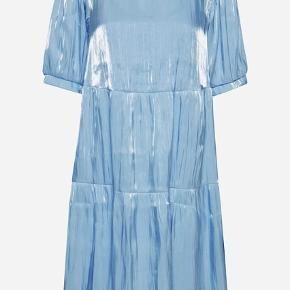 Fin kjole fra ICHI. Perfekt som studenterkjole💙 Den er kun brugt 1 gang Har underkjole som sidder fast