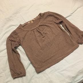 Fin bluse fra Pomp de Luxe med striber i guld og brunt. Str 2 år. Lidt stor i størrelsen synes jeg.  Fra dyre- og røgfrit hjem.