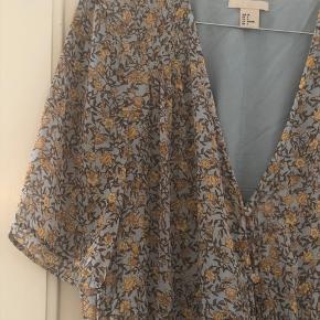 Kjole fra H&M, en smule slid som kan ses på billedet.