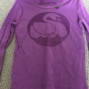 Flot lilla T-shirt i lækker kvalitet.  Stor str 4 år. Afh i 6710
