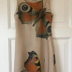 Lårkort ærmeløs kjole med lynlås i siden i tyk silkelign.kvalitet.