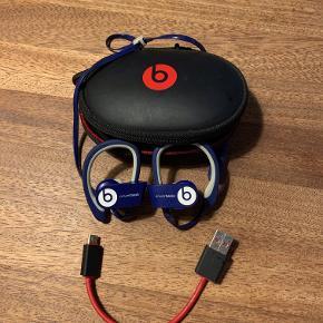 Beats høretelefoner med bluetooth, kabel, taske. Super god kvalitet og uden spor af brug!  Tilbyder mængderabat, hvis man køber flere af mine ting, da jeg flytter til udlandet :-)
