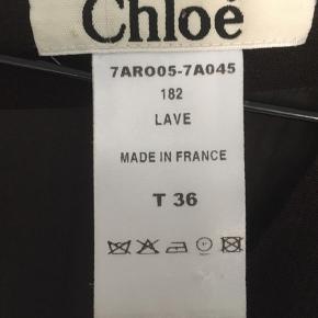 Super fin Chloé kjole i 98% uld. Let stof kvalitet, lækker fald med lidt 'lag' effekt. Lukkes med lynlås i nakke. Bemærk: syning i kant er gået op, stoffet fejler derudover intet.